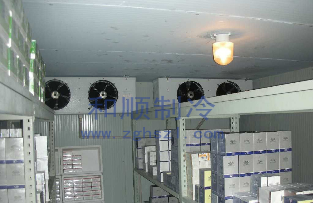 药品冷库特点及要求 药品冷库的温度一般为+2~+8,主要冷藏储存在常温条件下无法保质的各类医药产品,在低温冷藏条件下冷藏能使药品不变质失效,延长药品的保质期,达到医药监督局的技术要求。 药品冷库具有冷藏保鲜制冷速度快、功能齐、省电节能等多项优点,并且采用最先进的低噪音进口谷轮制冷机组,提高了制冷效率,降低了冷库的能耗。  药品冷库的温度要求从2到8冷藏保存药品,制冷控制系统采用全自动微电脑电气控制技术,无需值守,主要存放药品,医疗器械,并可监测和记录储存区的温度湿度。制冷控制系统采用全自动微电脑电气控